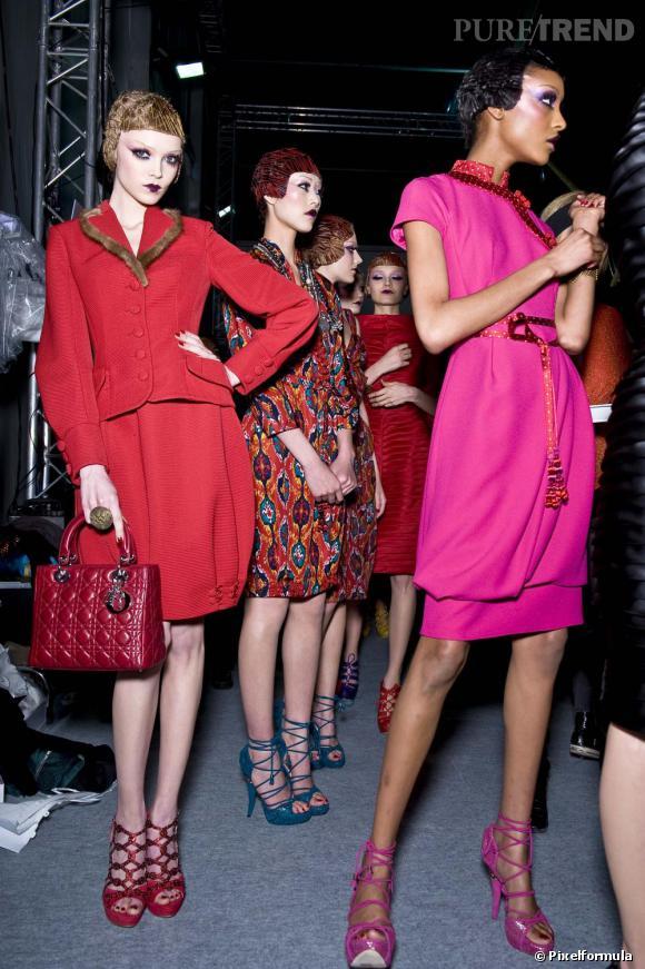 Brochette de tops en backstage du défilé Christian Dior Automne/Hiver 2010.