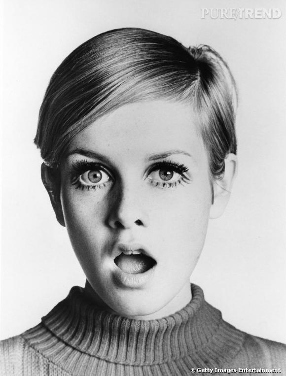 Démocratisant les faux cils, Twiggy, mannequin phare des années 60, en a fait sa marque de fabrique. Œil de biche sur la paupière supérieure et petite pattes de mouches sur le bas.