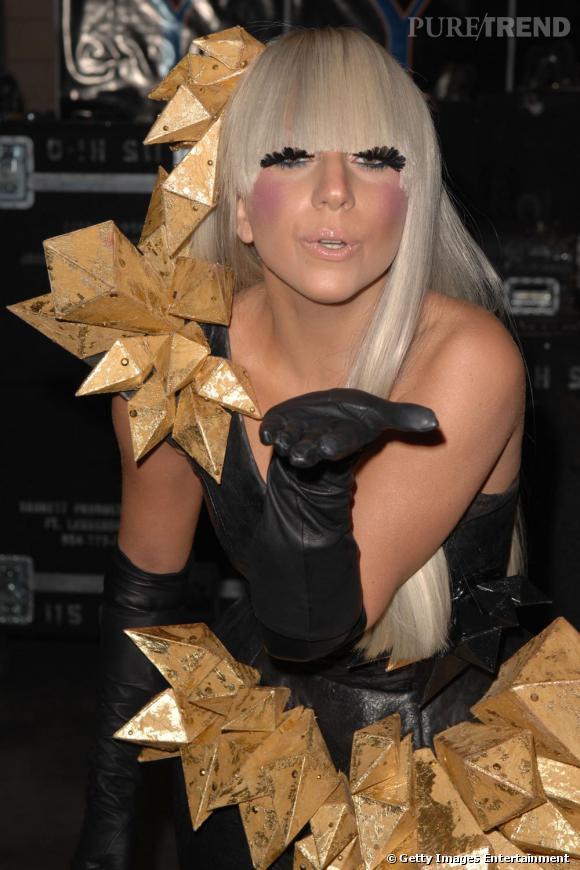 L'excentrique Lady Gaga ne pouvait passer à côté de la tendance postiche. Elle opte elle aussi pour les cils en plumes qu'elle déploie sous sa frange.