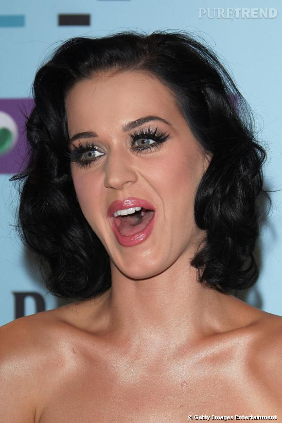 Diva, Katy Perry ne se refuse rien et sûrement pas des cils déployés. Pour elles les cils se font XL et le regard accentué par une ombre irisée.