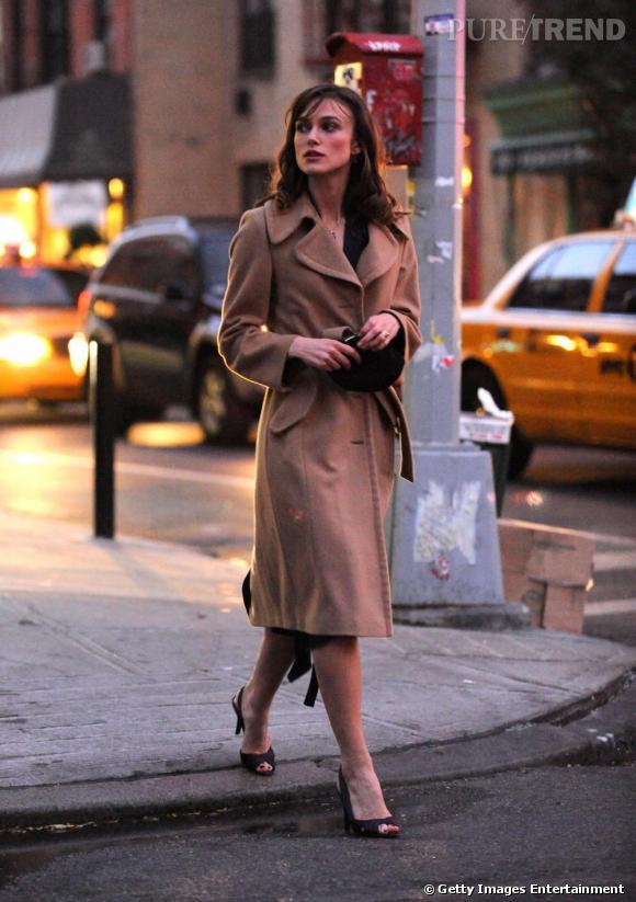 Keira Knightley adopte le boyfriend coat ceinturé à la taille pour une silhouette plus féminine.