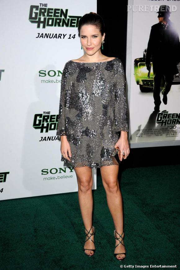 L'actrice porte une robe Lorena Sarbu automne/hiver 2010- 2011.
