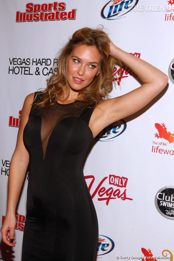 Main dans la crinière et regard déterminé, Bar Refaeli confirme sa place d'ange pour la marque de lingerie Victoria's Secret.