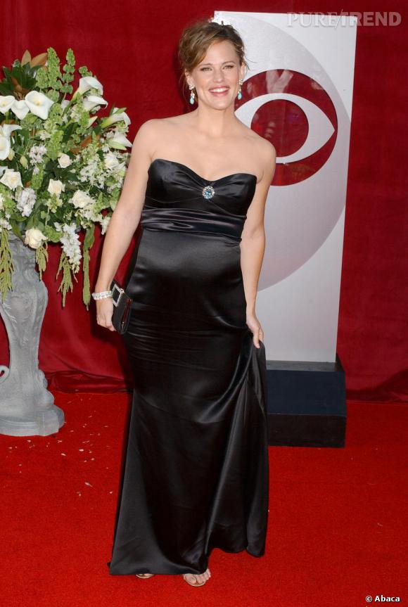 Jennifer Garner reste fidèle à sa robe bustier noire, en satin, même enceinte.