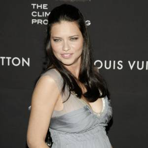 Adriana Lima, sublime en robe grise.