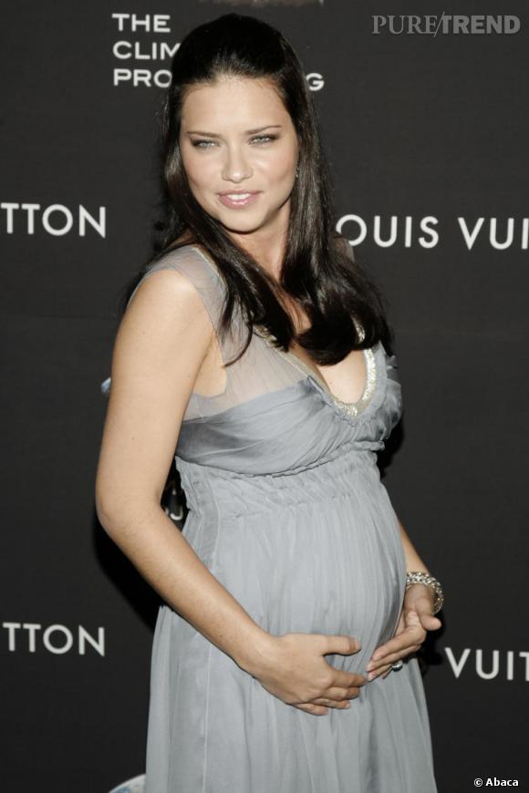 Adriana Lima, sublime en robe grise.
