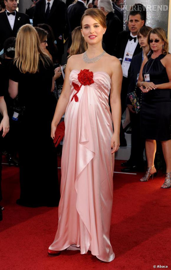 Lors de sa dernière apparition aux Golden Globes, Natalie Portman a montré son début de ventre rond, en robe Viktor & Rolf.