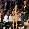 Outsider du match, une Fergie sur son 31 en robe Naeen Khan, juchée sur des Louboutin à paillettes.