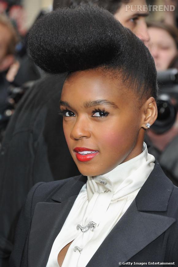 """Comment on se coiffe pendant la fashion week ?     La banane maintenant iconique de Janelle Monae qu'elle même baptise """"la monae""""."""