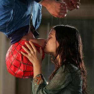 """Le baiser à l'envers échangé dans """"Spiderman"""" est devenu tellement célèbre qu'il est repris dans les séries, comme ici dans """"Newport Beach"""" entre Adam Brody et Rachel Bilson."""