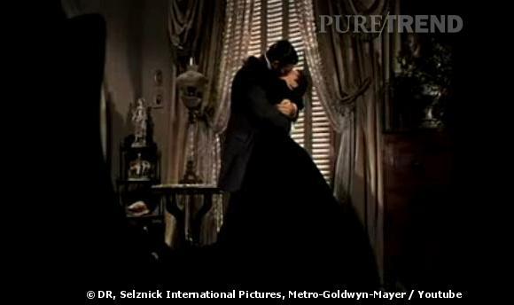 """Emblématique le baiser qu'échangent Vivien Leigh et Clark Gable dans """"Autant en emporte le vent"""" en 1939, film romantique et passionné par excellence."""