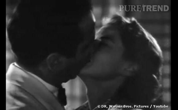 """Baiser passionné entre Humphrey Bogart et Ingrid Bergman en 1942 dans """"Casablanca""""."""