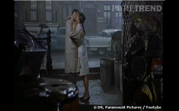 """En s'embrassant fougueusement sous une pluie torrentielle, Audrey Hepburn et George Peppard marquent à jamais l'histoire du baiser Made in Hollywood en 1961 dans """"Diamants sur canapé""""."""