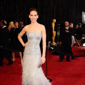 Hilary Swank porte son choix sur une robe Gucci Premiere.