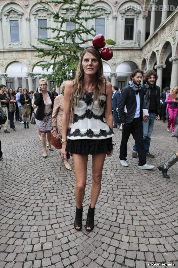 Adulée des photographes street style, Anna Dello Russo ne se refuse rien et offre un véritable show en marge des Fashion Weeks. La rédactrice du Vogue nippon n'a assurément pas froid aux yeux.