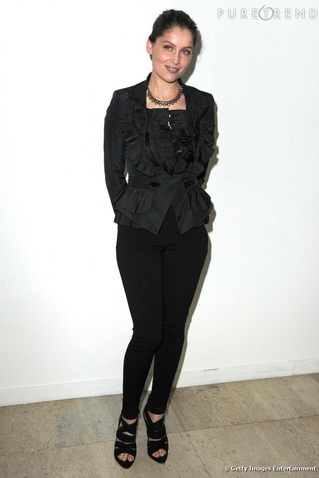la jeune femme mise sur un total look noir. Black Bedroom Furniture Sets. Home Design Ideas