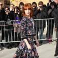 """Florence Welch avec un sac de la collection """"Mademoiselle"""", au défilé Chanel."""