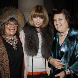 Hilary Alexander du Daily Telegraph et Suzy Menkes du Herald Tribune entourant Anna Wintour, au show Alexander McQueen.