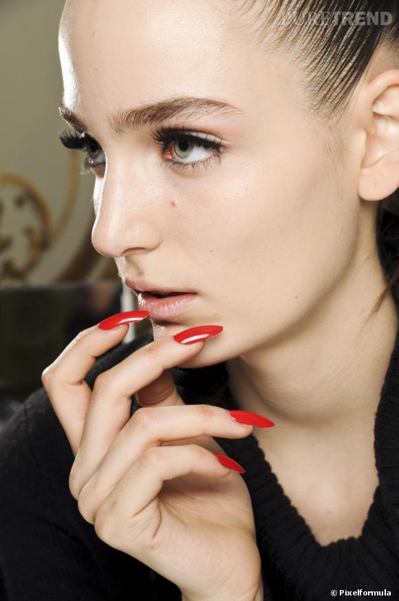 La femme ungaro est glamour jusqu 39 au bout des ongles avec un vernis rouge sang qui contraste - La femme a la bouche fendue ...