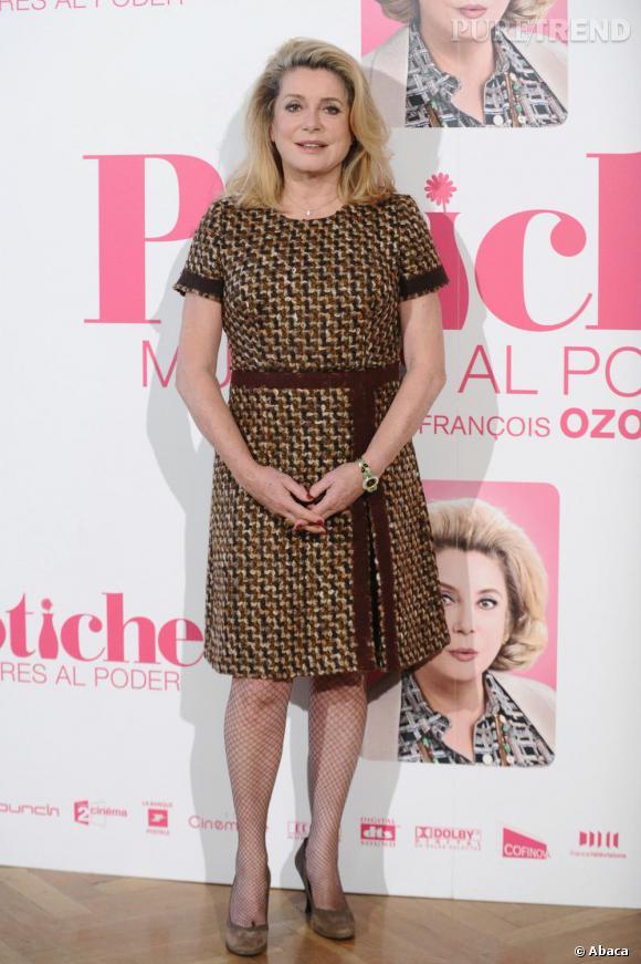 L'actrice mise sur une allure simple mais chic, avec une robe en tweed et une paire d'escarpins taupes.