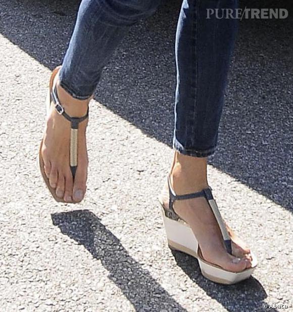 Sandales compensées et lanières fines, Alessandra Ambrosio opte pour un modèle très fin pour un effet des plus sensuels.