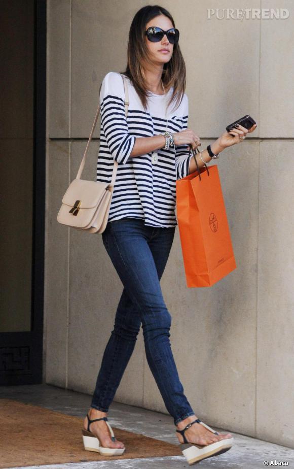 Alessandra Ambrosio dans les rues de Los Angeles.