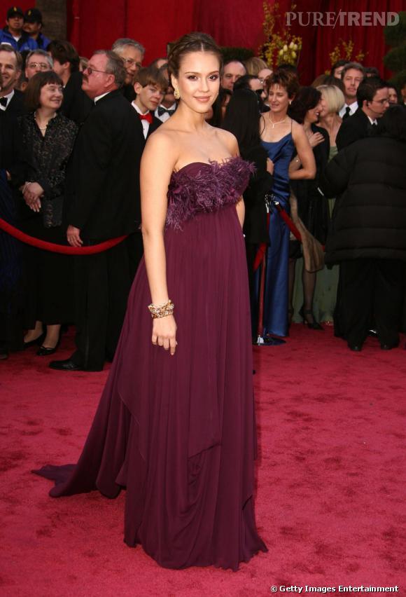 Jessica Alba laisse entrevoir son petit ventre rond, grâce à sa sublime robe bordeaux.