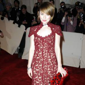 Emily Browning dégaine la robe de grand-mère qu'elle associe à une pochette sans forme en cuir, une silhouette tassée à la clé.
