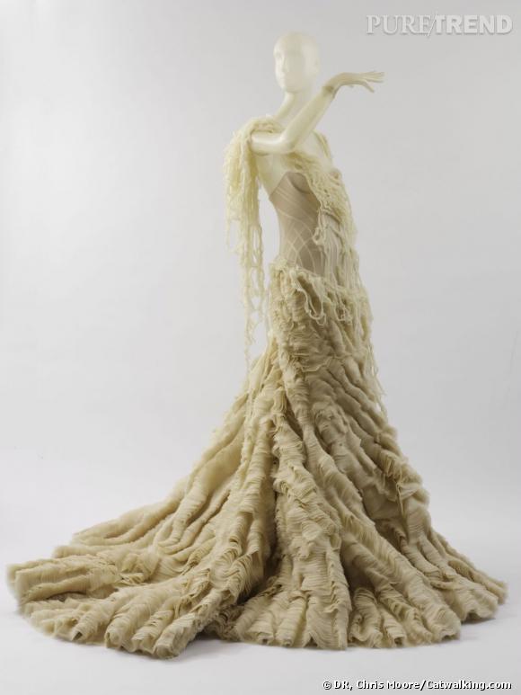 """Alexander McQueen """"Oyster Dress"""" printemps/été 2003 Ivory silk chiffon and silk organza."""