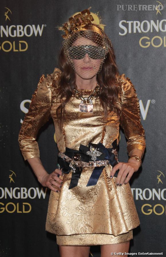 Anna opte pour un savant mélange entre Lady Gaga, Robocop et le sac à sapin.