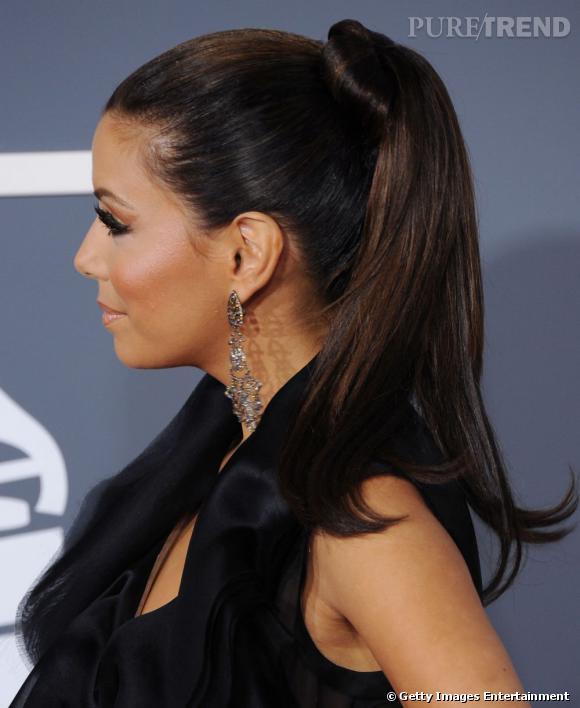 10 façons de dévergonder la queue de cheval :      La pony tail de red carpet d'Eva    Une version moins soufflée que celle de Reese. Petit plus : l'élastique est camouflé par une mèche de cheveu enroulée.