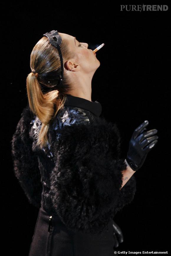 10 façons de dévergonder la queue de cheval :      La wet pony tail     Kate Moss use et abuse de la gomina, pour une queue de cheval wet, wet, wet...