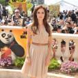Angelina Jolie parie sur l'harmonie des couleurs avec une robe cache-coeur nude.