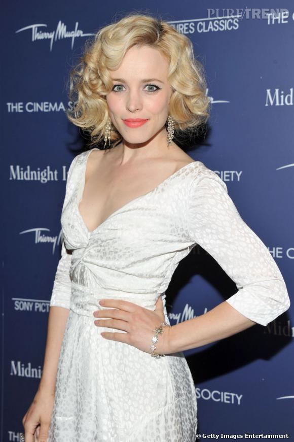 Cheveux blonds bouclés et rouge à lèvres corail : l'actrice rejoue l'âge d'or Hollywoodien.