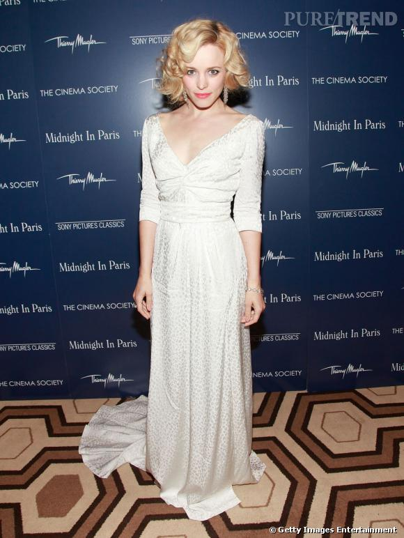 En satin, la robe Louis Vuitton s'inspire des années 40.