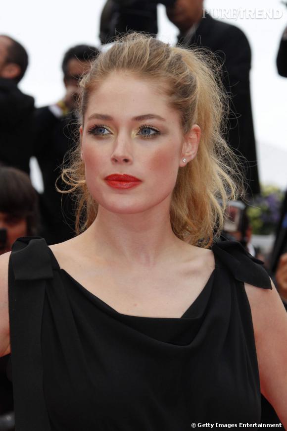 Cannes : les plus belles coiffures du mercredi 18 mai   Alors qu'elle avait misé la veille sur un lissé impeccable, Doutzen Kroes, plus naturelle, tente une pony tail sauvage.