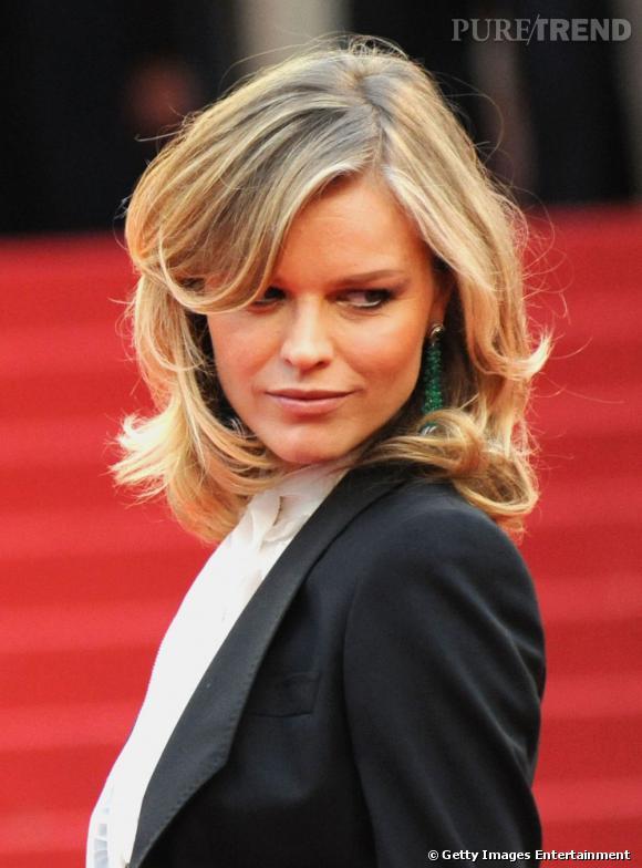 Cannes : les plus belles coiffures du mercredi 18 mai Eva Herzigova est sublime. L'actrice mise sur une chevelure blond doré très lumineuse qui donne de l'éclat à son visage. Le carré est souple et s'ondule légèrement sur les longueurs pour lui donner du volume, la frange est en mouvement sur le côté.