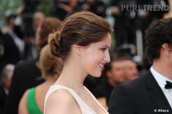 Cannes : les plus belles coiffures du mercredi 18 mai   Plus sage, Laetitia Casta opte pour un chignon bas qui lui dégage la nuque. Le port de tête est gracieux, la chevelure lumineuse.
