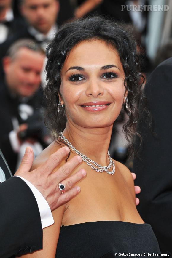 Cannes : les plus belles coiffures du mercredi 18 mai   Saida Jawad opte pour un effet glossé qui rend sa chevelure noir de jais scintillante. Elle attache ses cheveux en chignon et laisse retomber quelques mèches sur son visage.