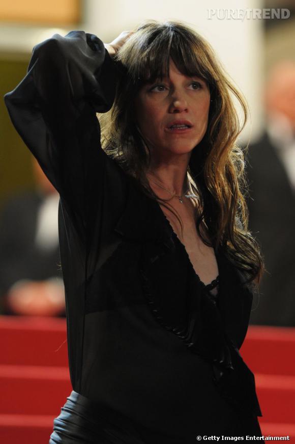 Cannes : les plus belles coiffures du mercredi 18 mai   La chevelure est naturelle chez Charlotte Gainsbourg, l'actrice mise sur coiffure sauvage faussement négligée et opte pour une frange.