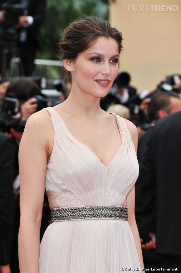 """Laetitia Casta monte les marches à Cannes pour la projection du film """"La Conquête""""."""