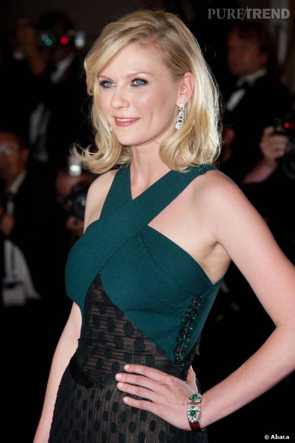 """Egérie maison, Kirsten Dunst portait bien évidemment des boucles d'oreilles et un bracelet Bulgari, pour sa montée des marches, le soir de la présentation de """"Melancholia""""."""