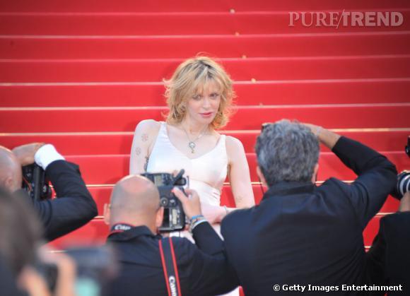 Courtney Love assaillie par les photographes.