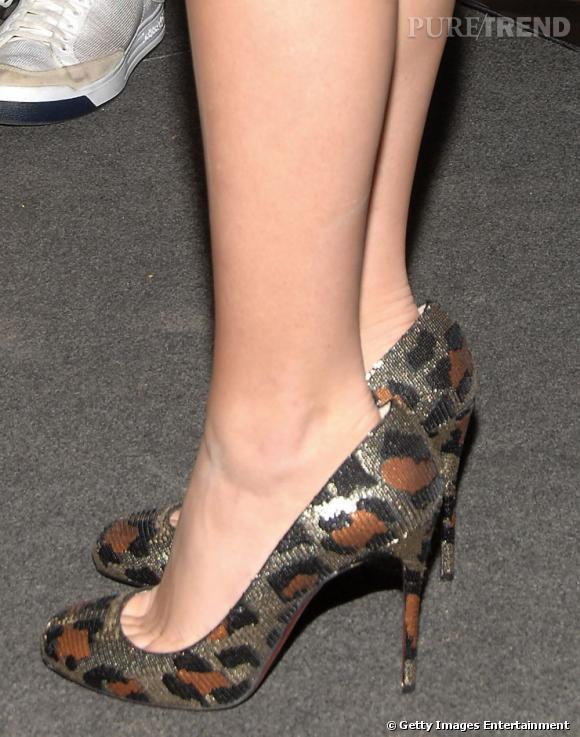 """Pour prendre de la hauteur avec style mais sans éclipser sa tenue, elle mise sur une paire de Louboutin """"Fifi"""" léopard."""