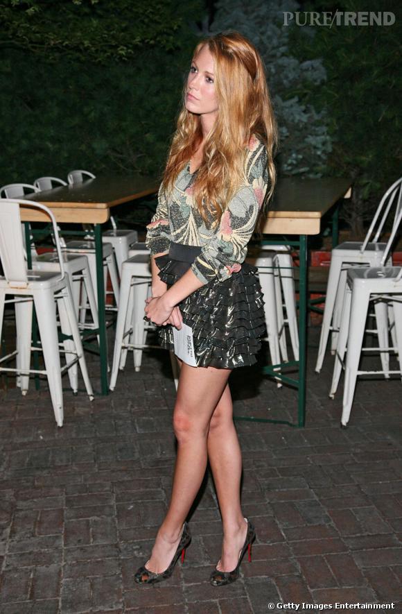 La jeune femme s'affiche les gambettes dévoilées par une petite jupe à volants lamés mais sans décolleté pour une apparition raffinée et stylée signée Marc by Marc Jacobs Croisière 2012.