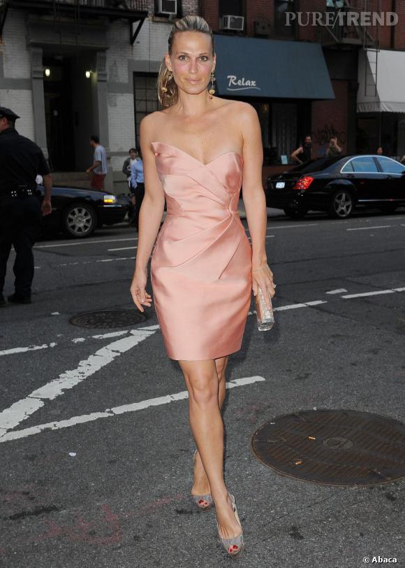 Molly joue les jolies Barbie avec une robe drapée bustier rose clair et une accessoirisation un tantinet bling bling.