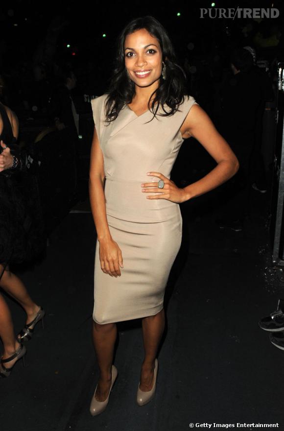 La robe chasuble Victoria Beckham version Rosario Dawson...