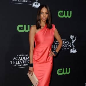La robe colorée one shoulder Rachel Roy version Tyra Banks...