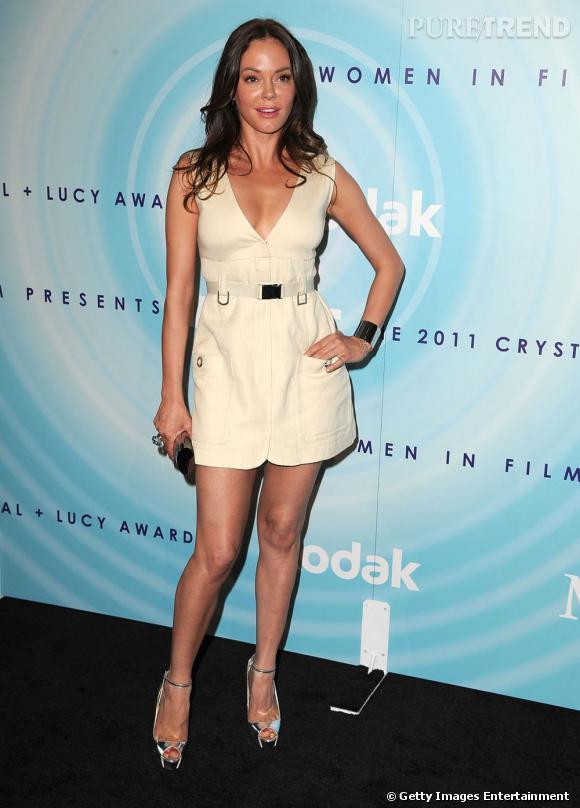 """Rose McGowan, très luisante sur le red carpet des """"Crystal+Lucy Awards""""."""