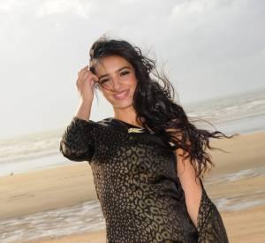 Ravissante cheveux au vent, Hafsia ne passe pas inaperçue à Cabourg.